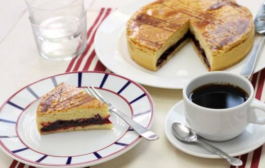 Gâteau basque avec un café