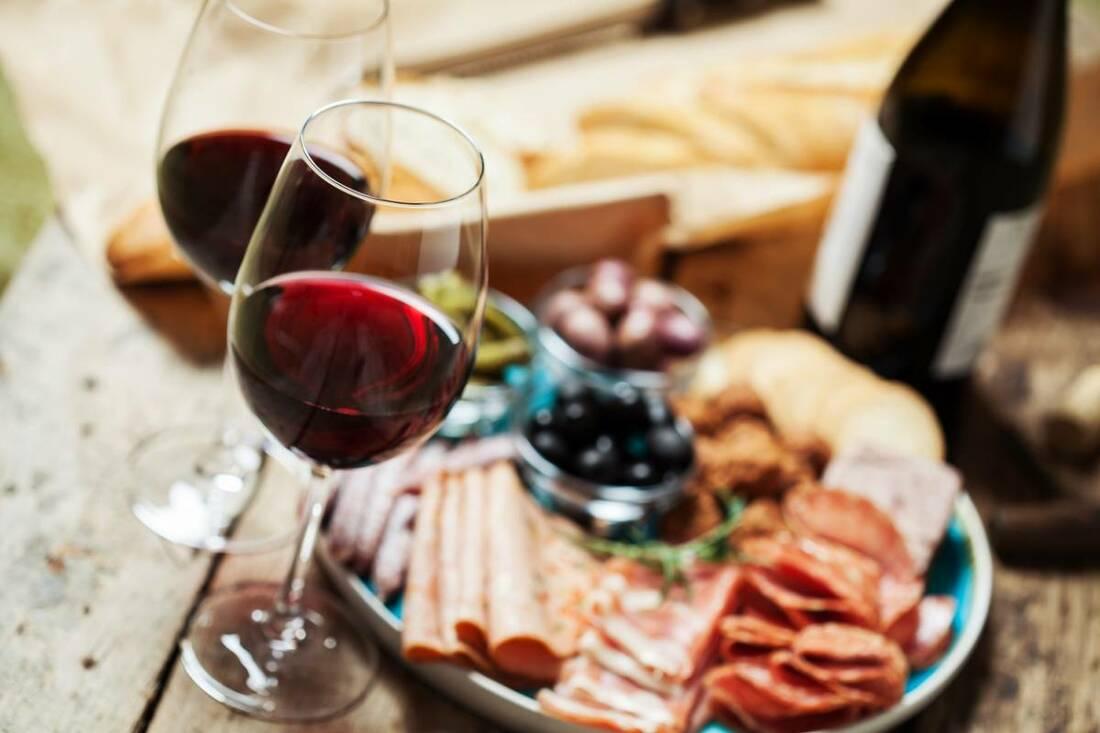 Plateau de charcuterie avec du vin rouge